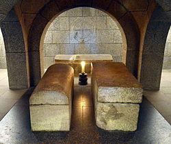 Imatge relacionada amb cripta